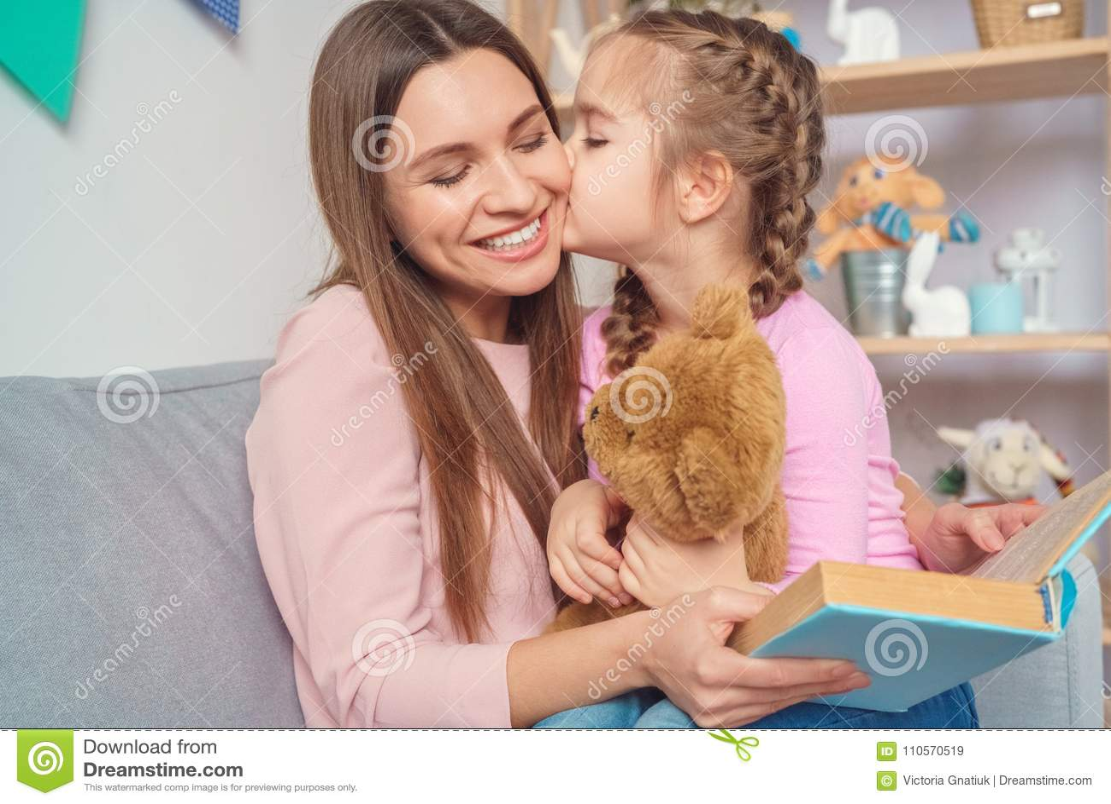 Hemmastadd kvinnaläsebok för moder och för dotter tillsammans till flickan