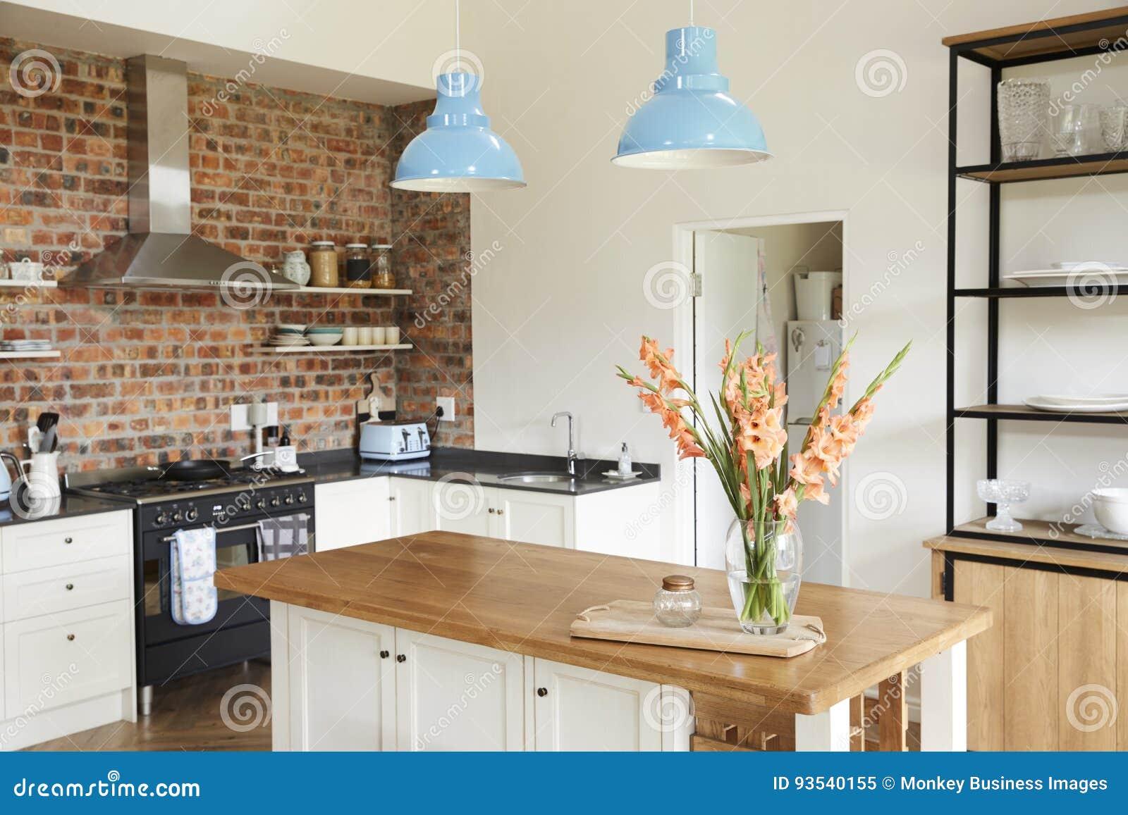 Hemmiljö med öppet plankök, vardagsrum och äta middagområde
