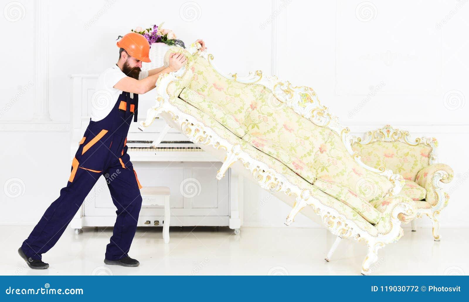 Hemsändningbegrepp Kuriren levererar möblemang i fall att av flyttar sig ut, förflyttning Laddaren flyttar soffan, soffa 308 mäss