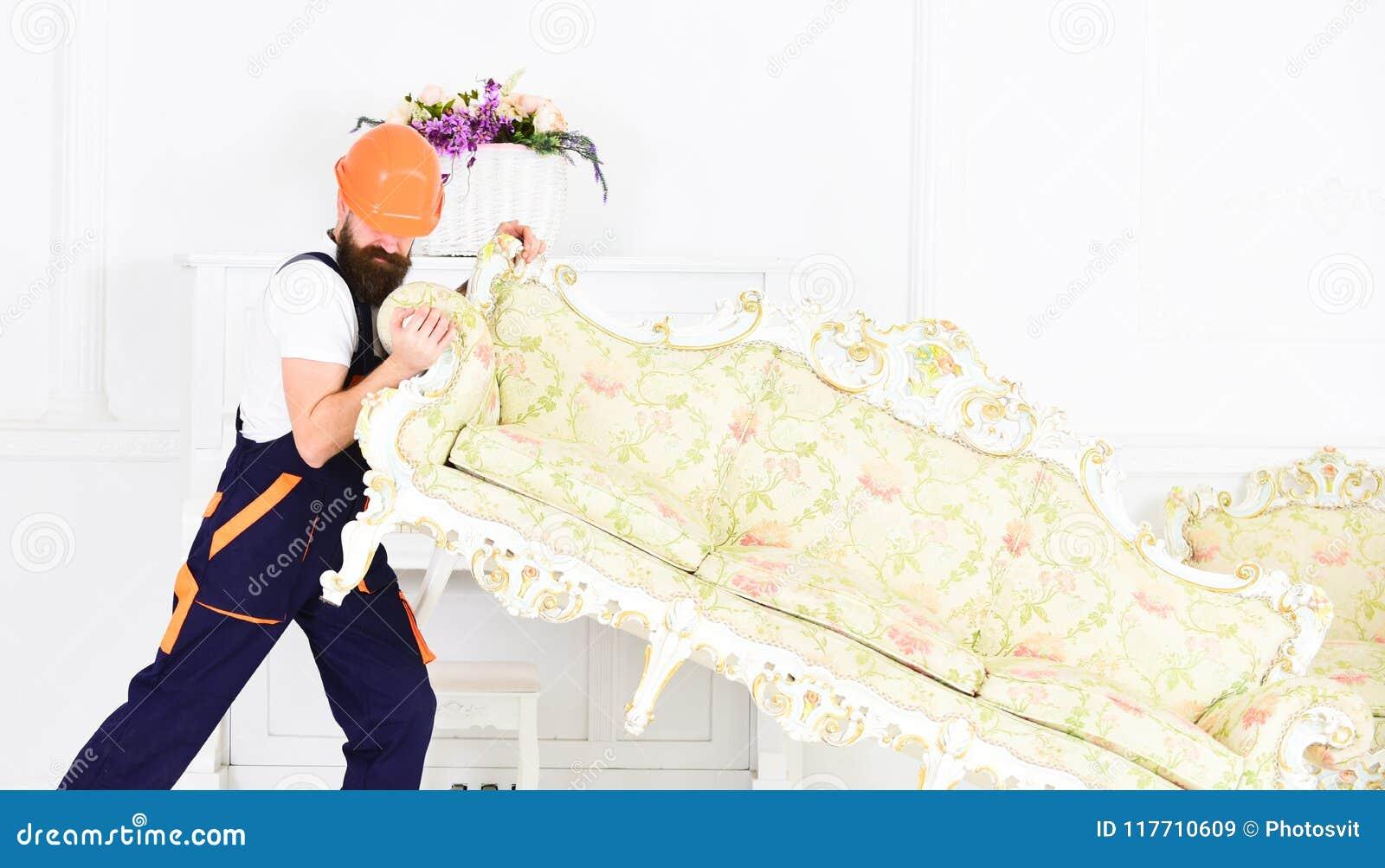 Hemsändningbegrepp Laddaren flyttar soffan, soffa Kuriren levererar möblemang i fall att av flyttar sig ut, förflyttning 308 mäss