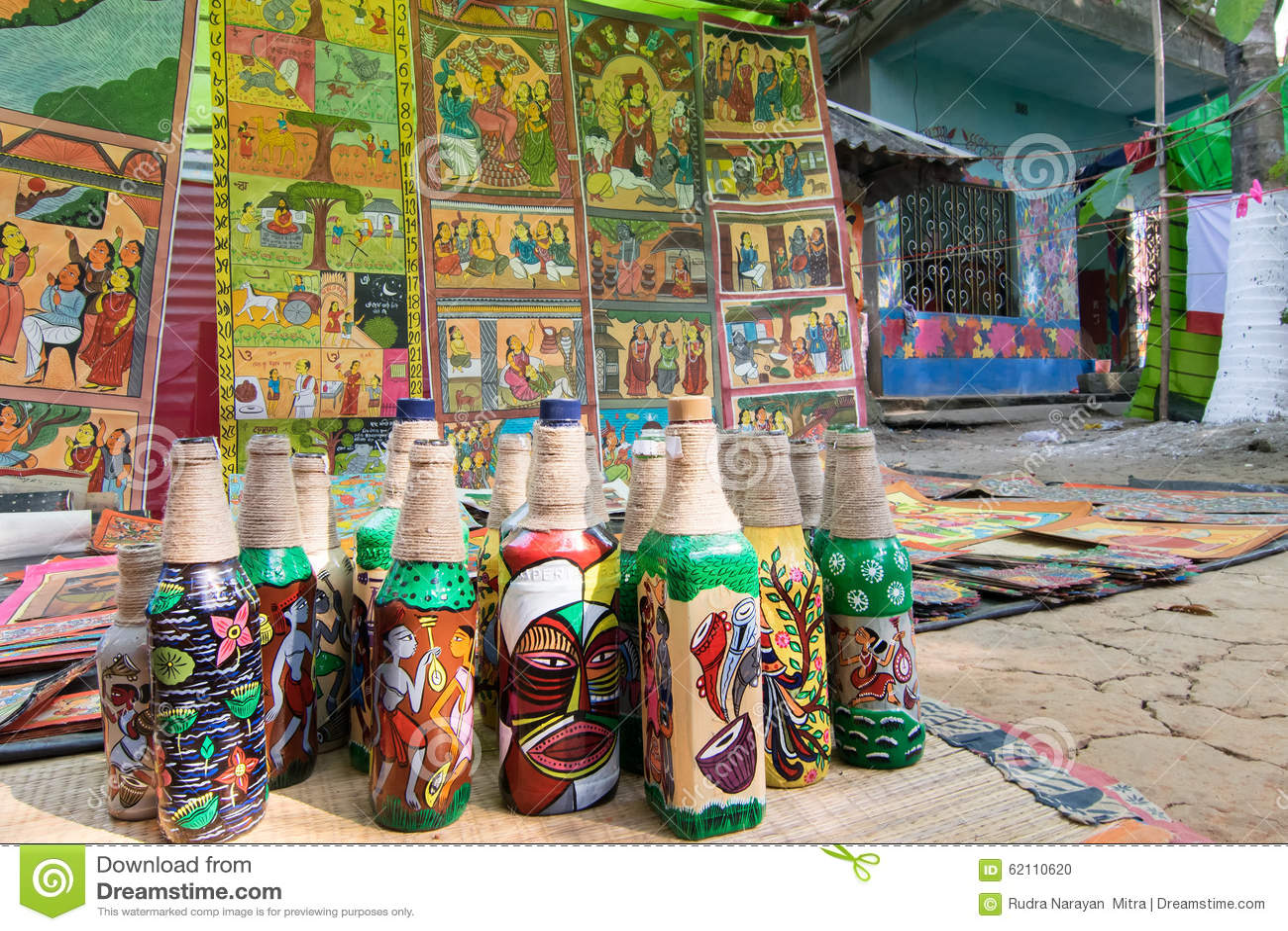Hemslöjder är förberett till salu i den Pingla byn, västra Bengal, Indien