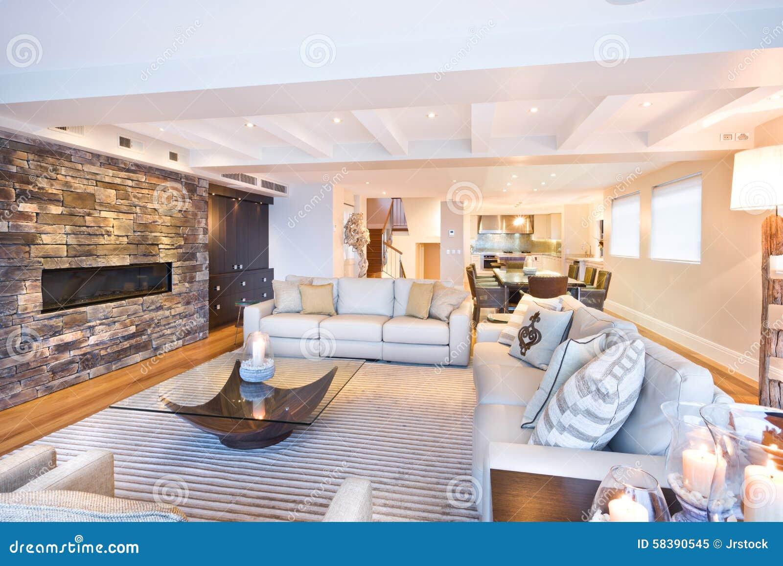 Hemtrevlig vardagsrum med en stenvägg arkivfoto   bild: 58390545