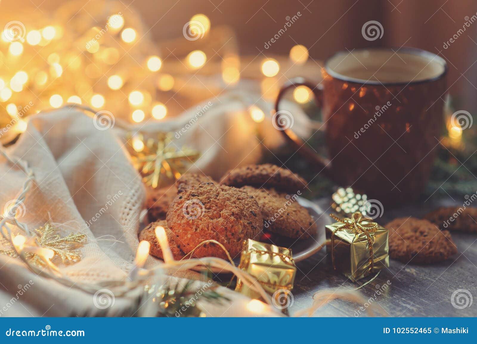 Hemtrevlig vinter och jul som ställer in med varm kakao och hemlagade kakor