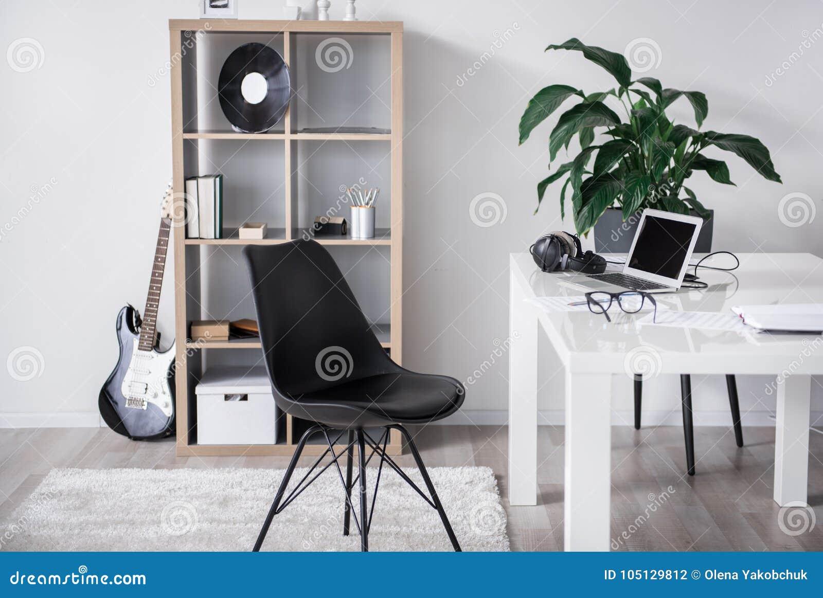 Hemtrevligt kontor för en verklig musikvän