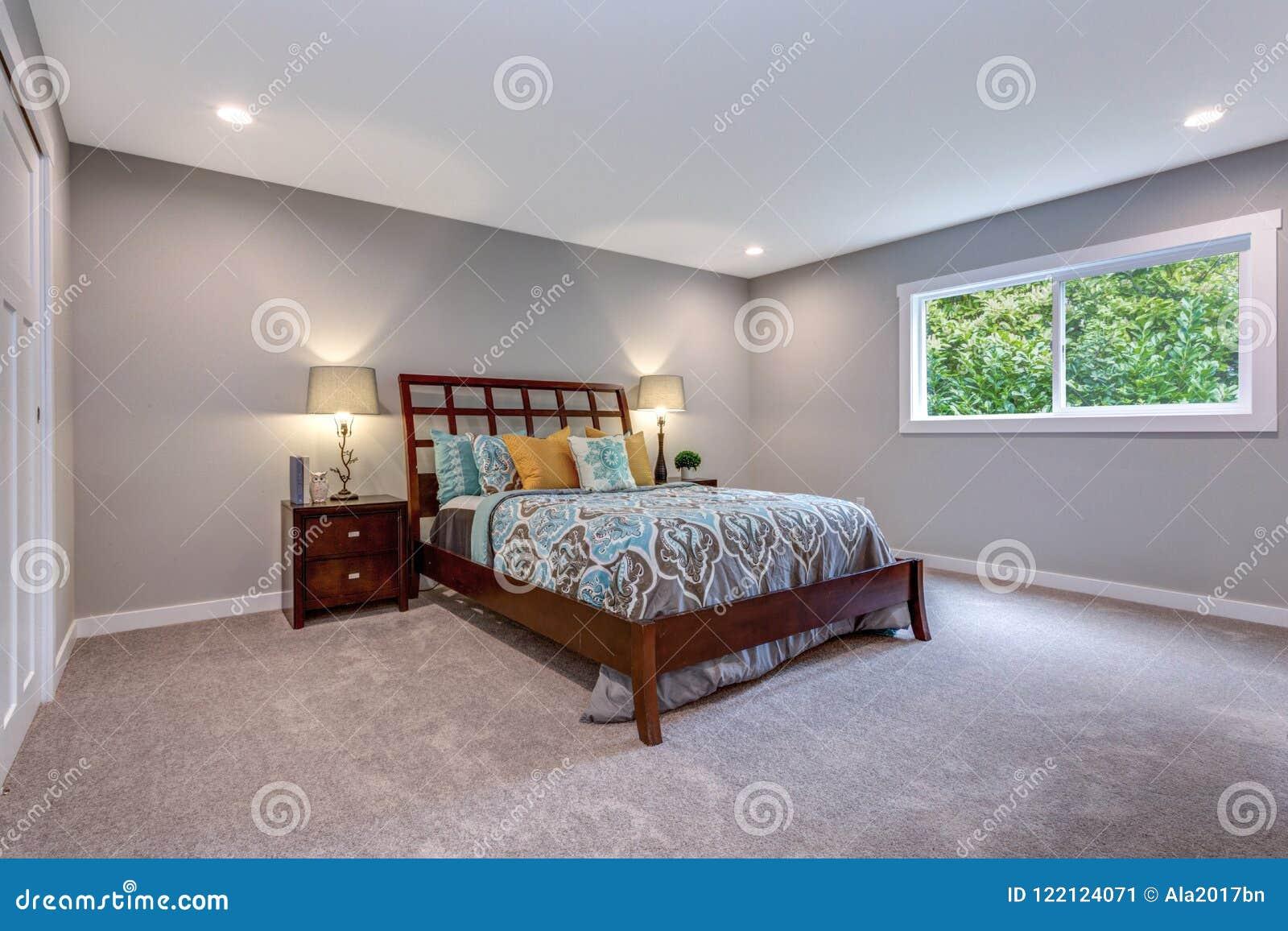 Hemtrevligt sovrum med träsäng och som bygger i garderob