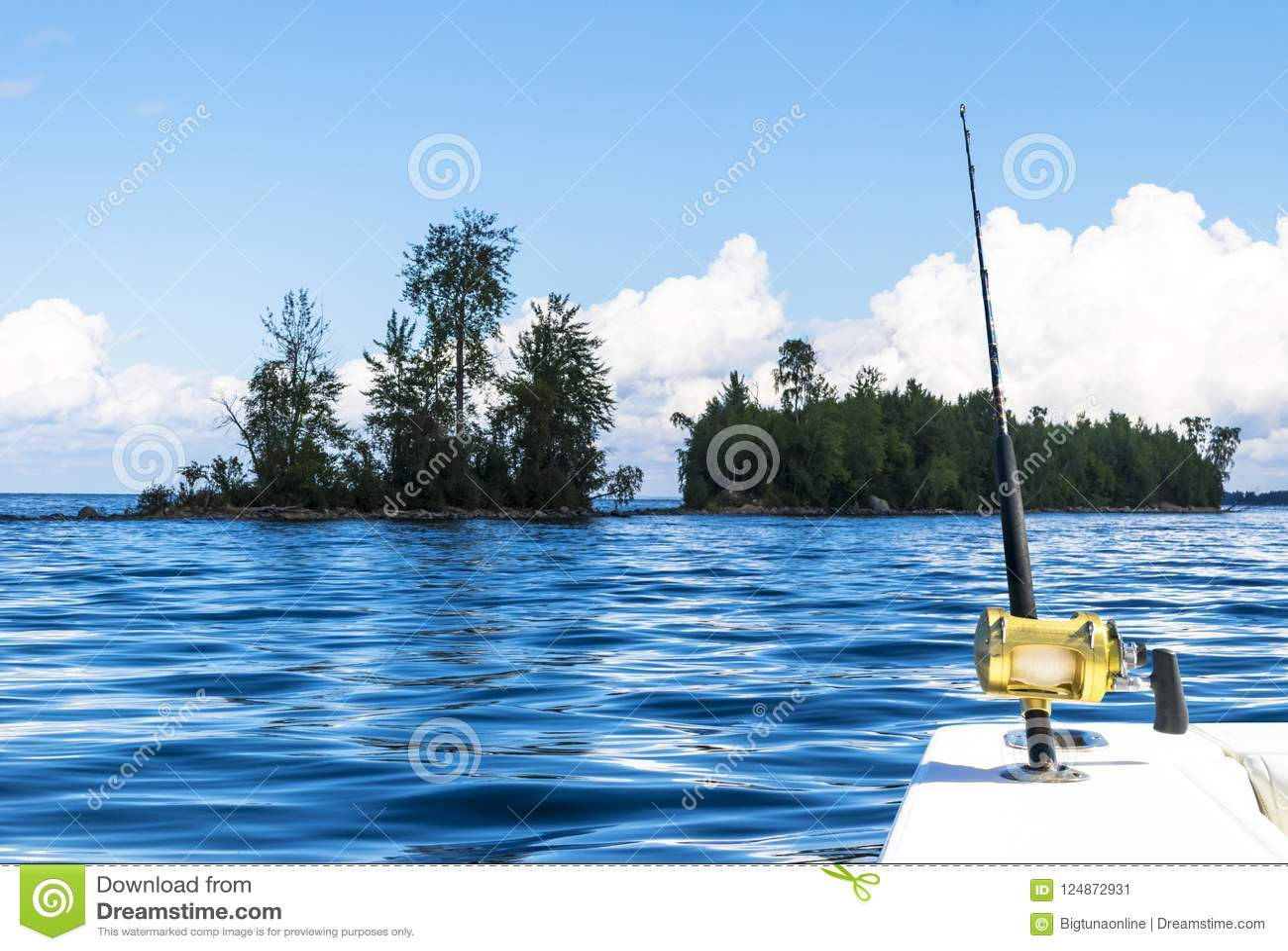 Hengel in een boot van de zoutwater privé motor tijdens visserijdag in blauwe oceaan Succesvol visserijconcept