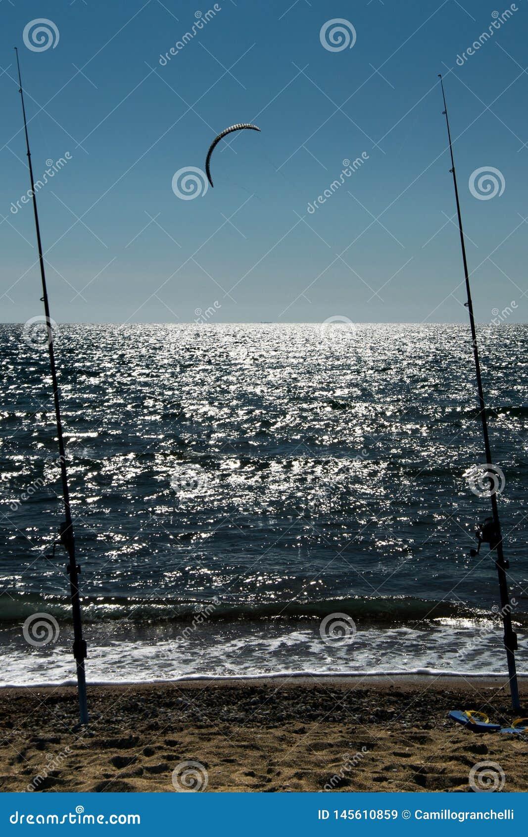 Hengels op de overzeese achtergrond met het kitesurfing