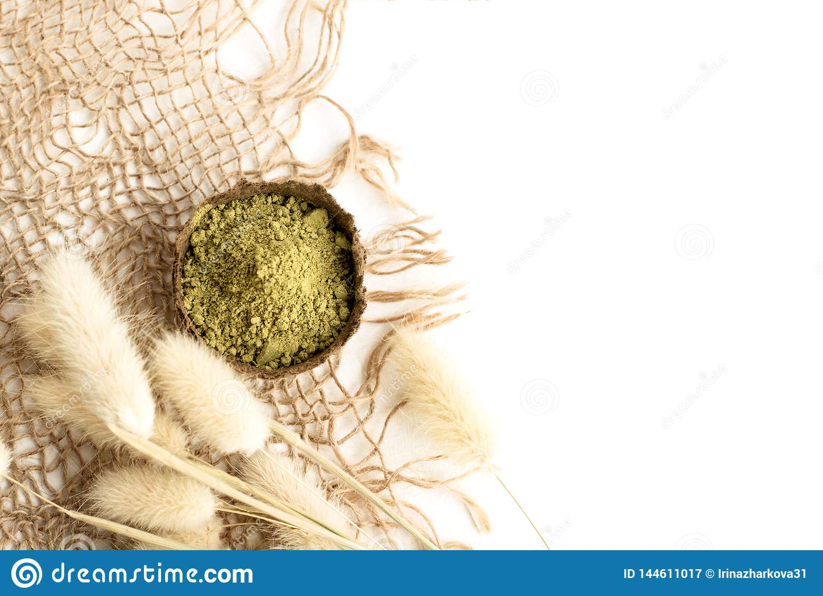 Henna σκόνη για τη βαφή της τρίχας και των φρυδιών και το στρέθιμο της προσοχής του mehendi σε ετοιμότητα, με το πράσινο φύλλο πα