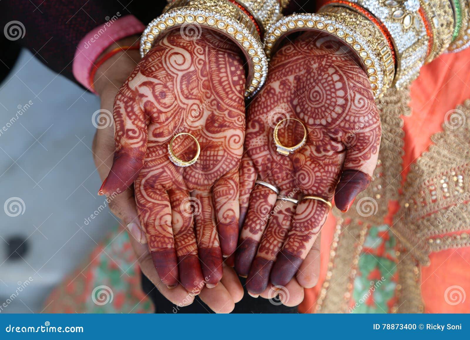 Hennastrauchtätowierung auf Frauen übergibt auch Ringe an Hand