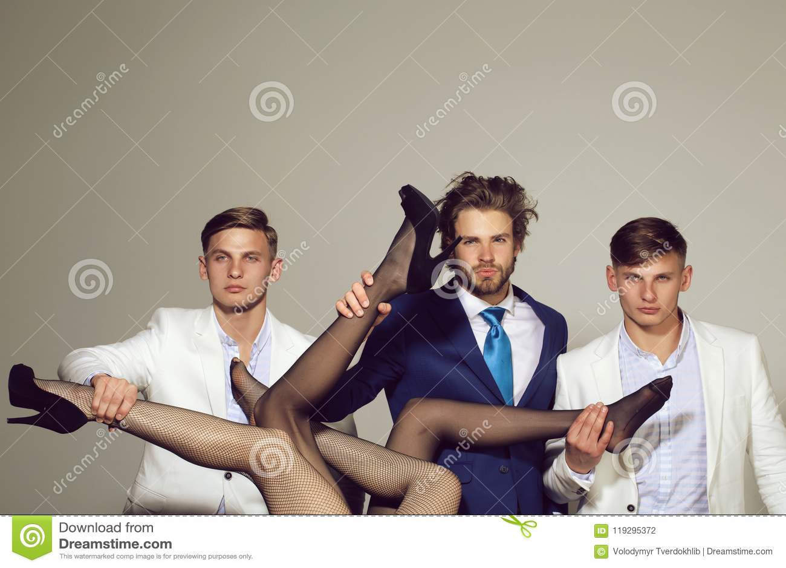 Henpecked мода и дело, люди держа женские ноги, роскошь и патриархат