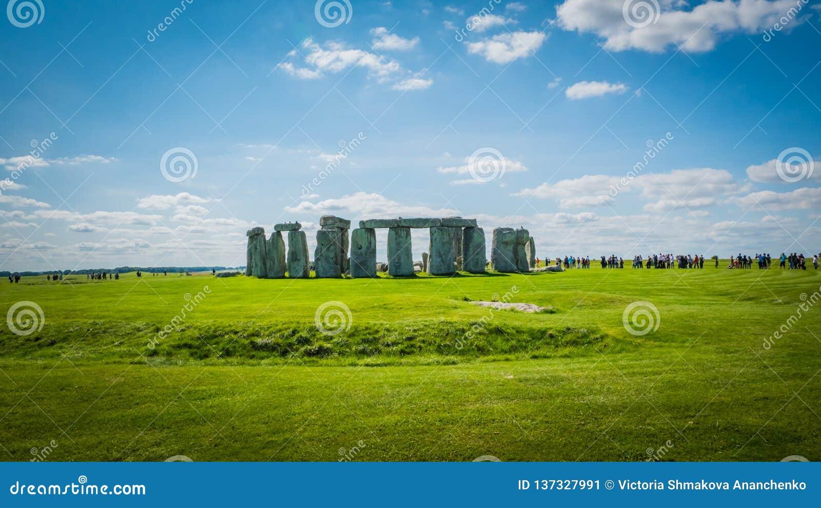 Herança do UNESCO de Stonehenge perto de Salisbúria, BRITÂNICO com uma linha de visitantes