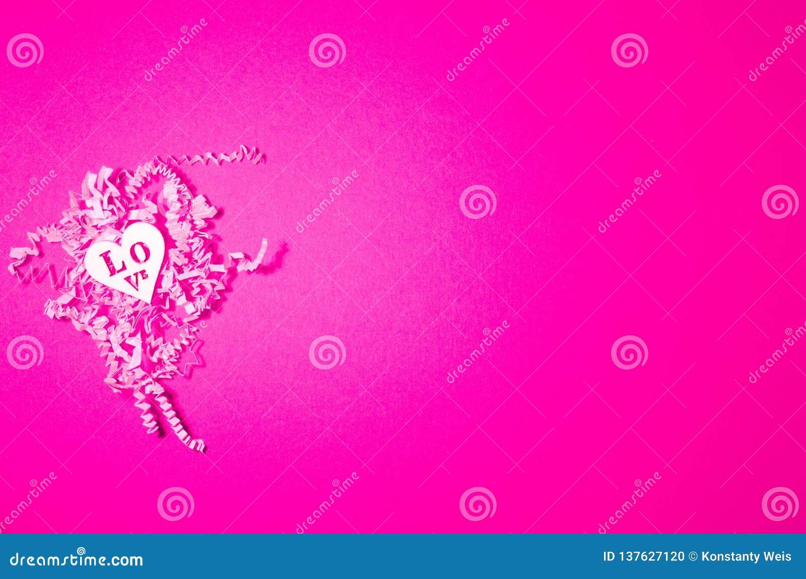 Herarts de madeira brancos no fundo de papel cortado rosa Colagem do dia de Valentim