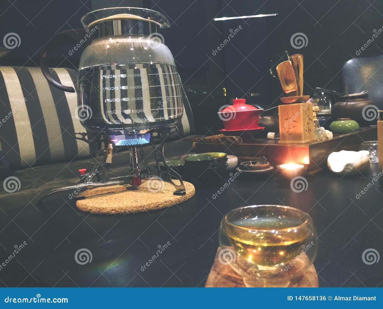 Herbaciana ceremonia, mała szklana filiżanka, herbaciany piwowarstwo lu ty