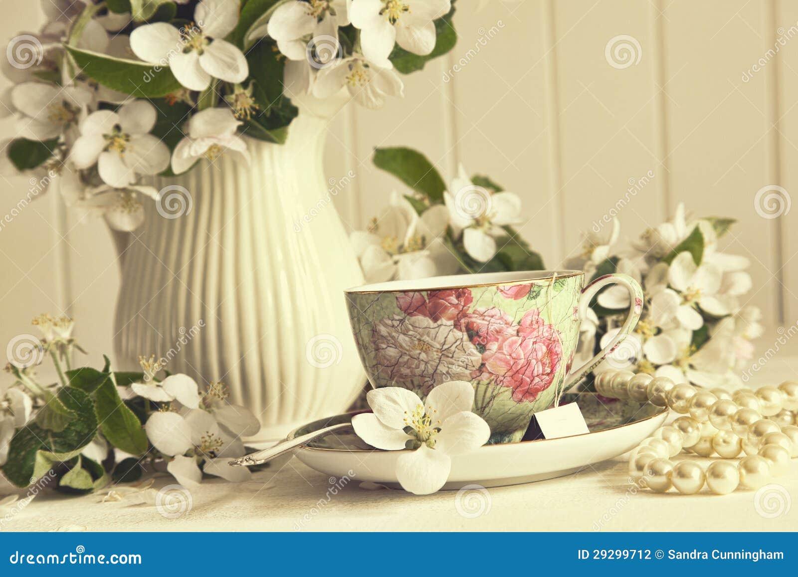Herbaciana filiżanka z jabłkiem kwitnie na stole