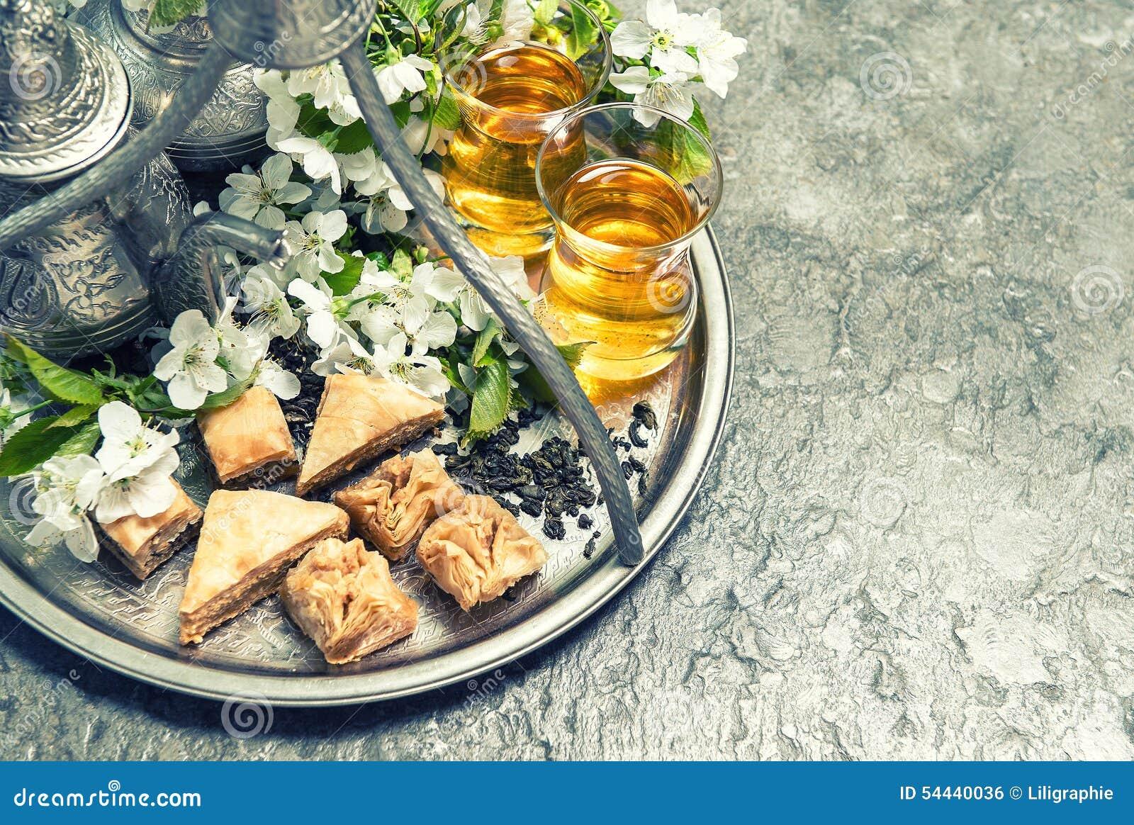 Herbaciani szkła i garnek, tradycyjny ciastka baklava Islamski holida