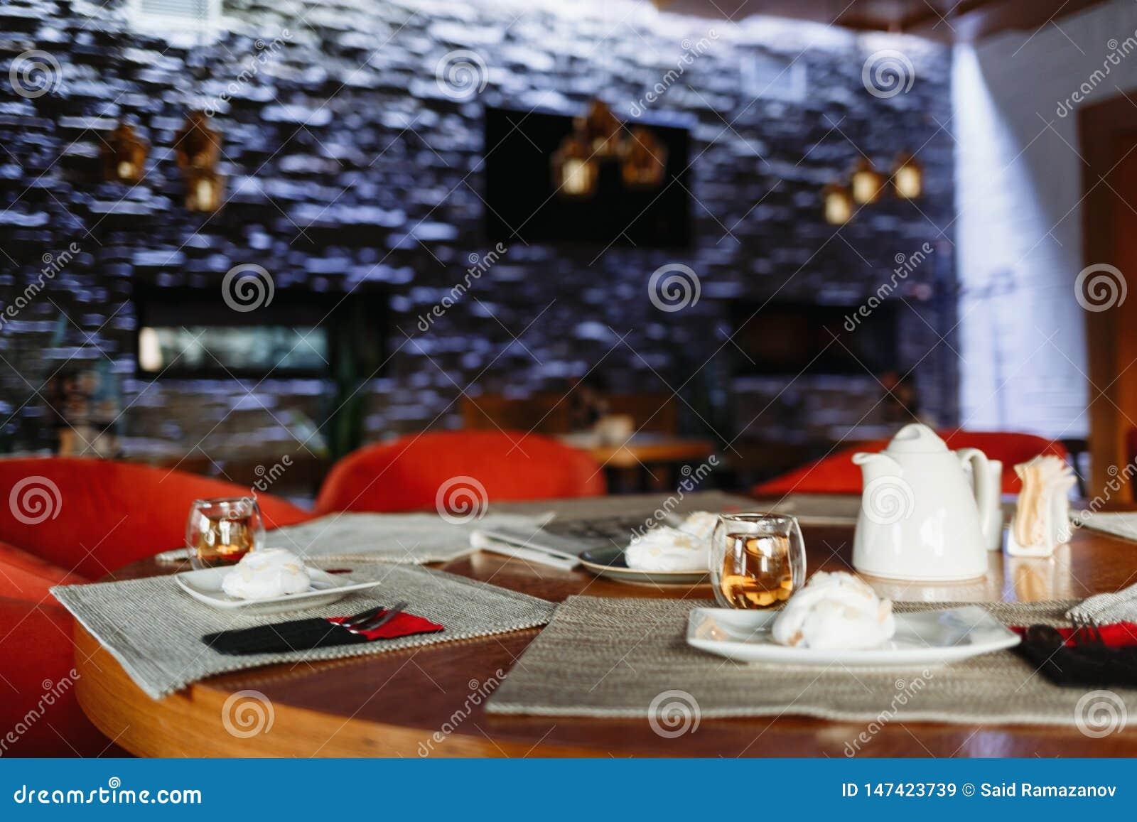 Herbaciany stół na tle purpurowa ściana