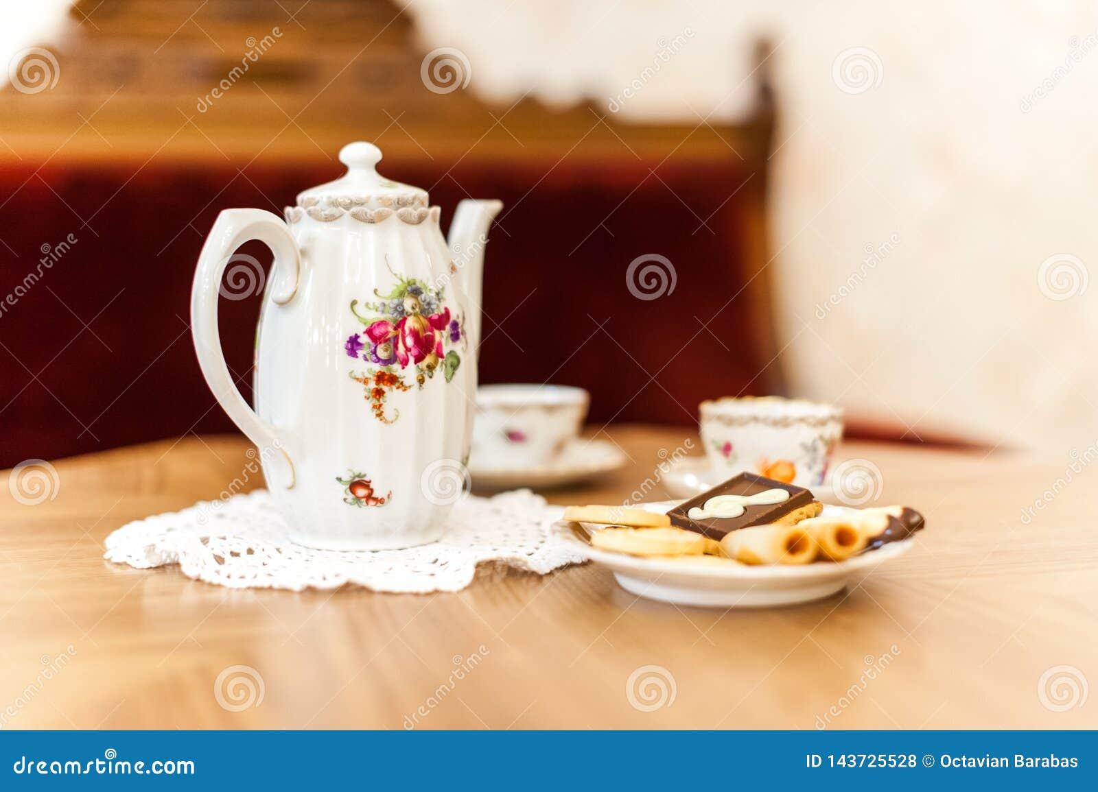 Herbaciany ustawiający z bisquits na drewnianym stole