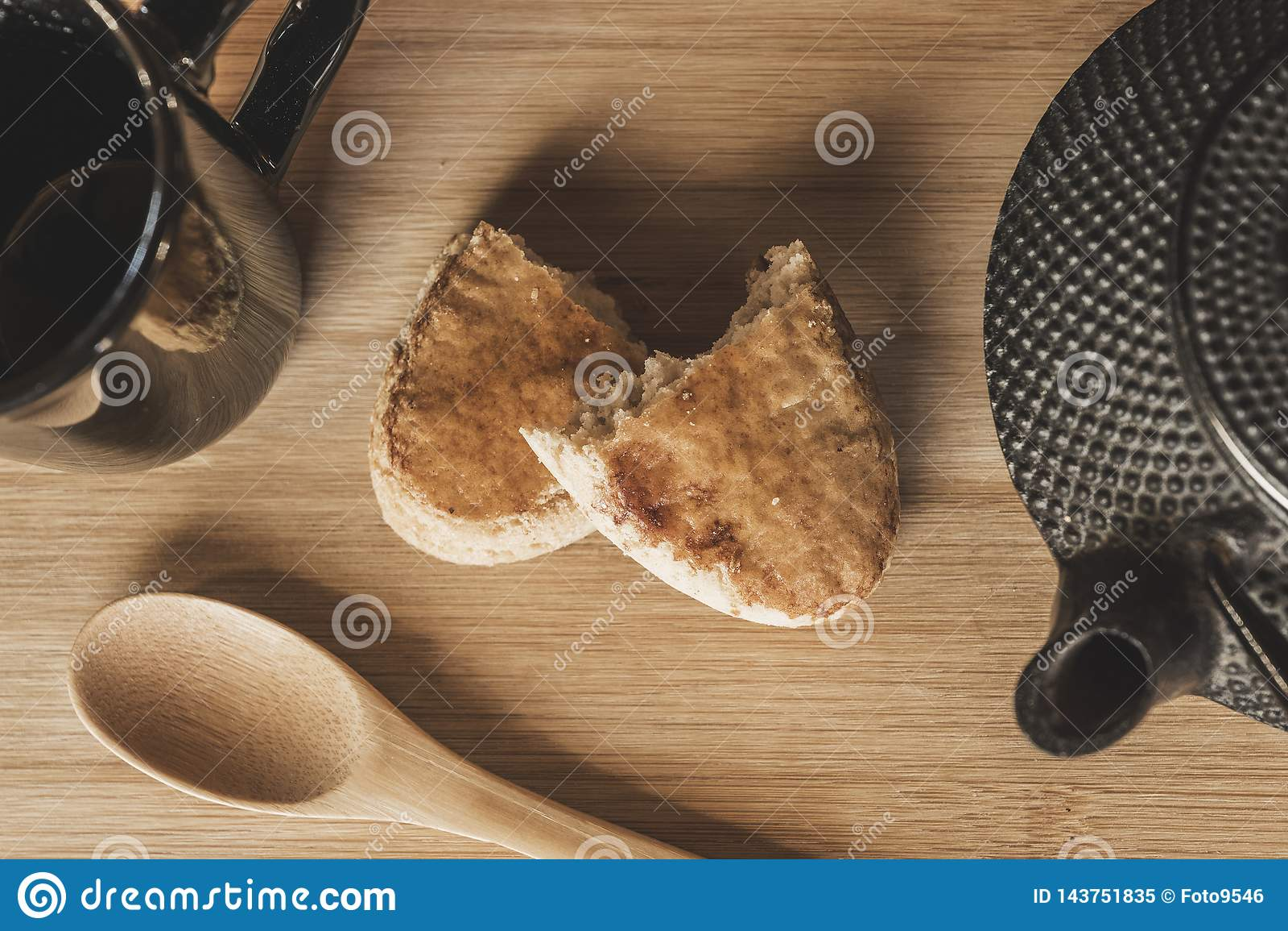 Herbata i ciastka na stole