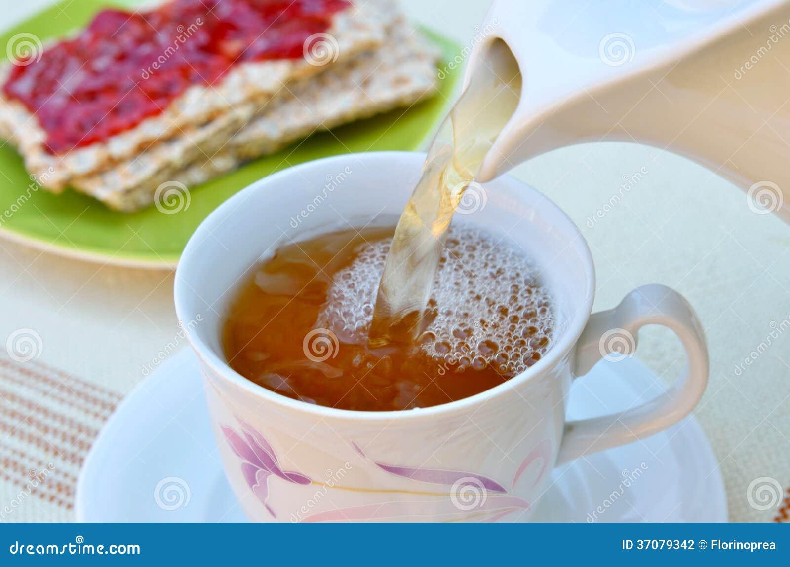 Download Herbata W Filiżance Z Crispy Dżemem I Chlebem Zdjęcie Stock - Obraz złożonej z owoc, łasowanie: 37079342