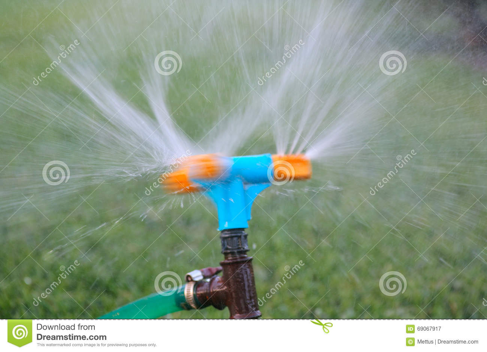herbe de arrosage d 39 arroseuse bleue et orange pelouse de arrosage de syst me d 39 irrigation de. Black Bedroom Furniture Sets. Home Design Ideas