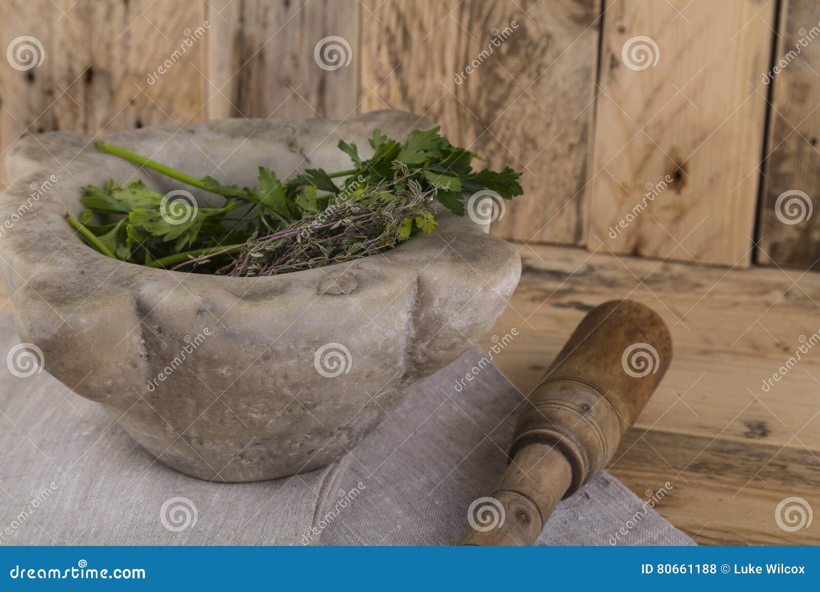 Herbes et pilon et mortier
