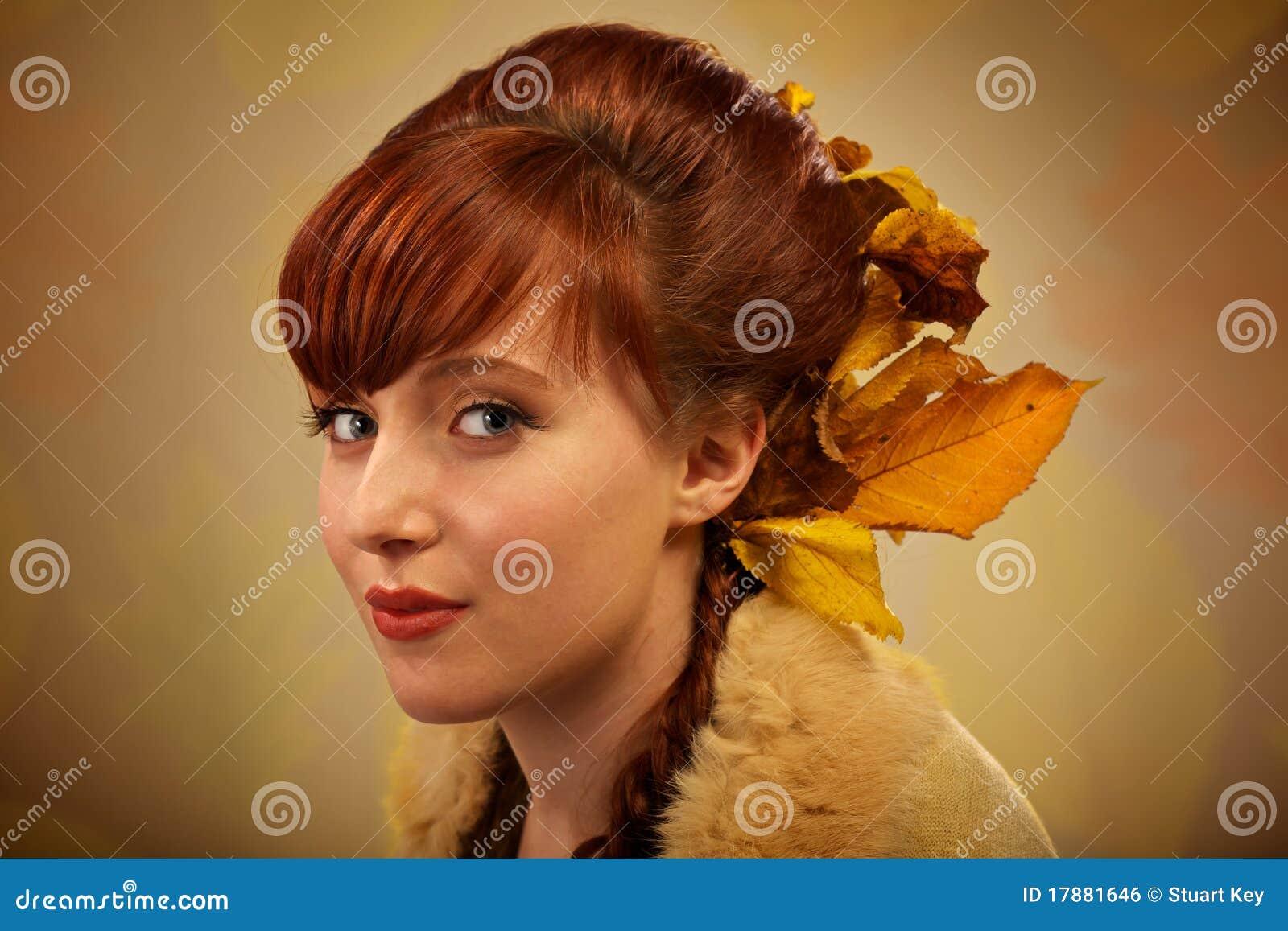 Herbstblätter und rotes Haarportrait