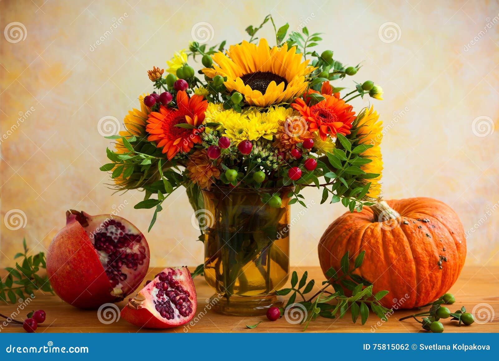 herbstblumen und k rbis stockfoto bild von chrysantheme. Black Bedroom Furniture Sets. Home Design Ideas