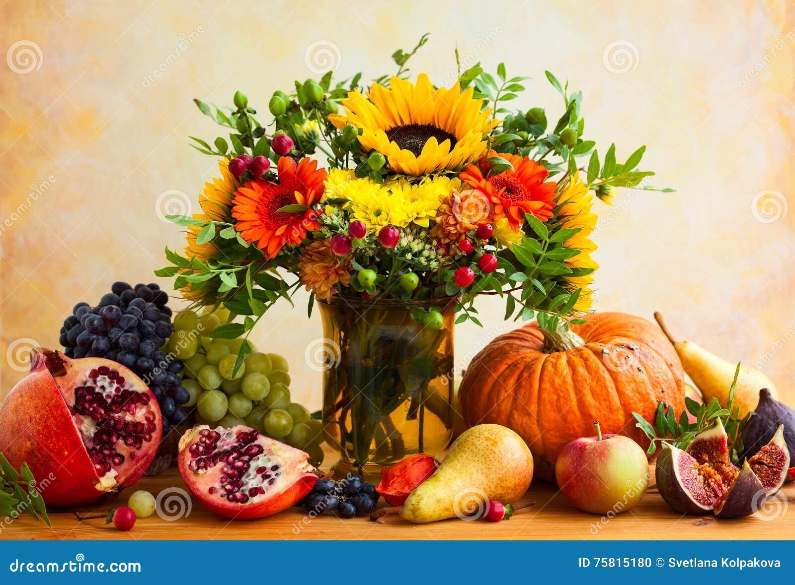 Herbstblumen Und Kurbis Stockfoto Bild Von Schonheit 75815180