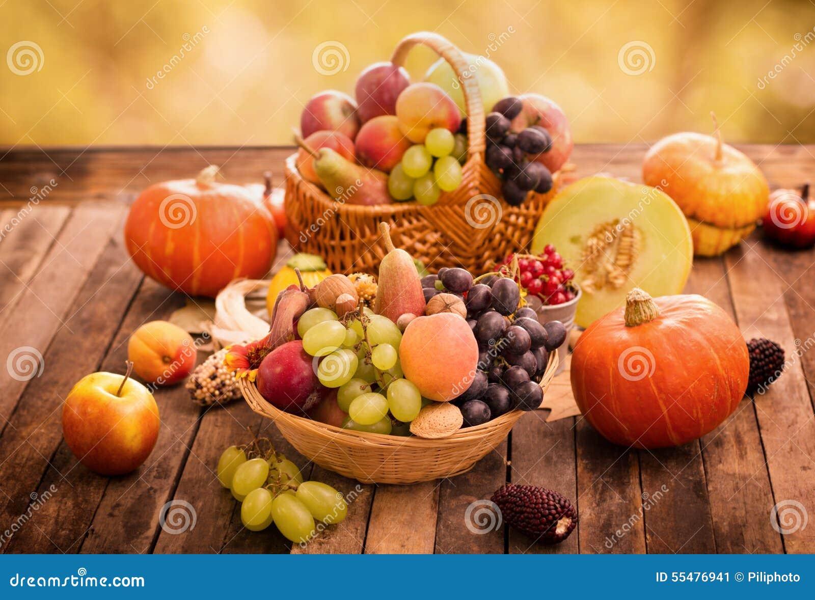 Herbsternte Frische Herbstfruchte Stockbild Bild Von Mais