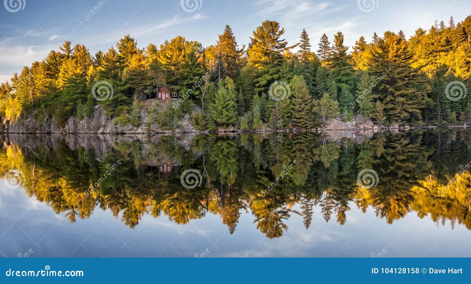 Herbstfallfarben, die im See sich reflektieren