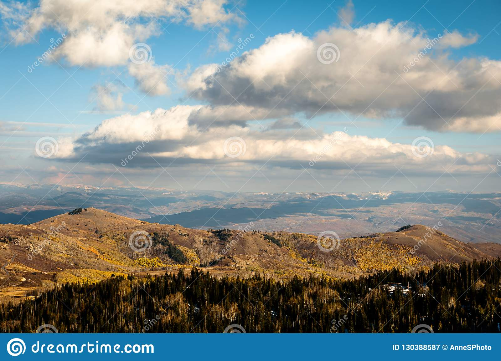 Herbstfarben, -wolken und -berge nahe Park City, Utah