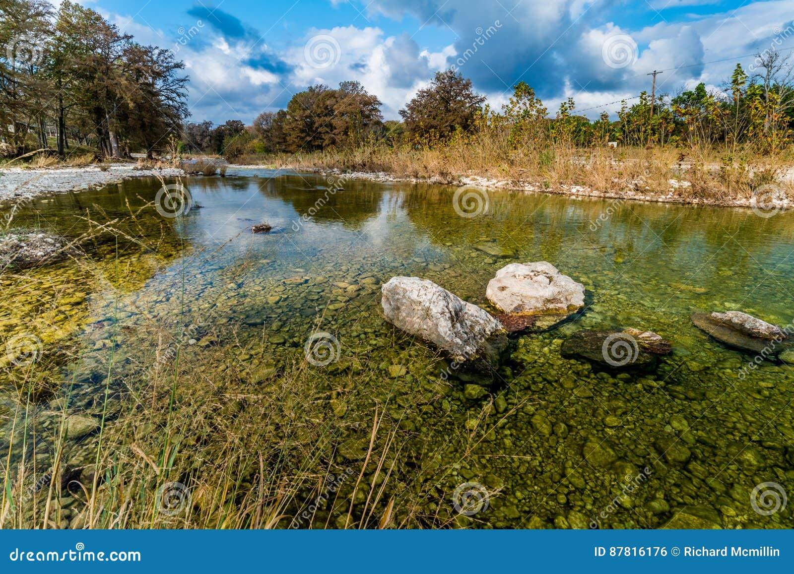 Herbstlaub auf dem haarscharfen Frio-Fluss in Texas