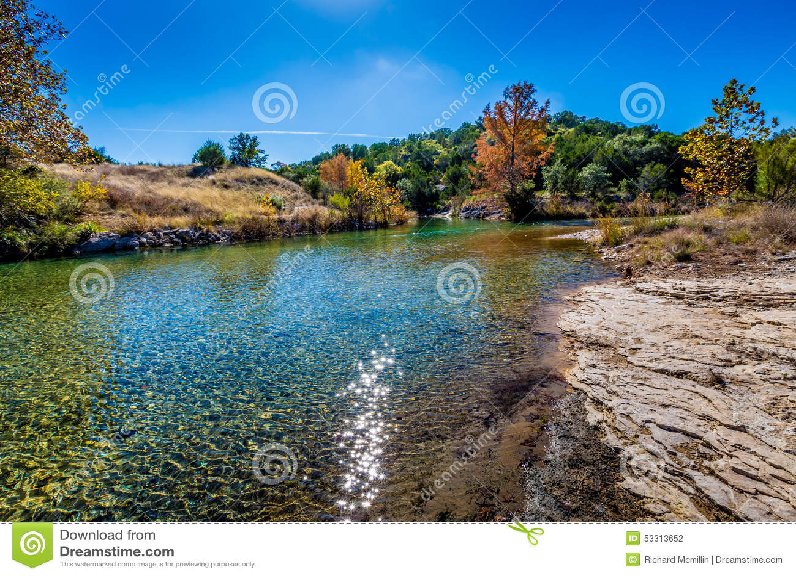 Herbstlaub bei Crystal Clear Creek im Hügel-Land von Texas