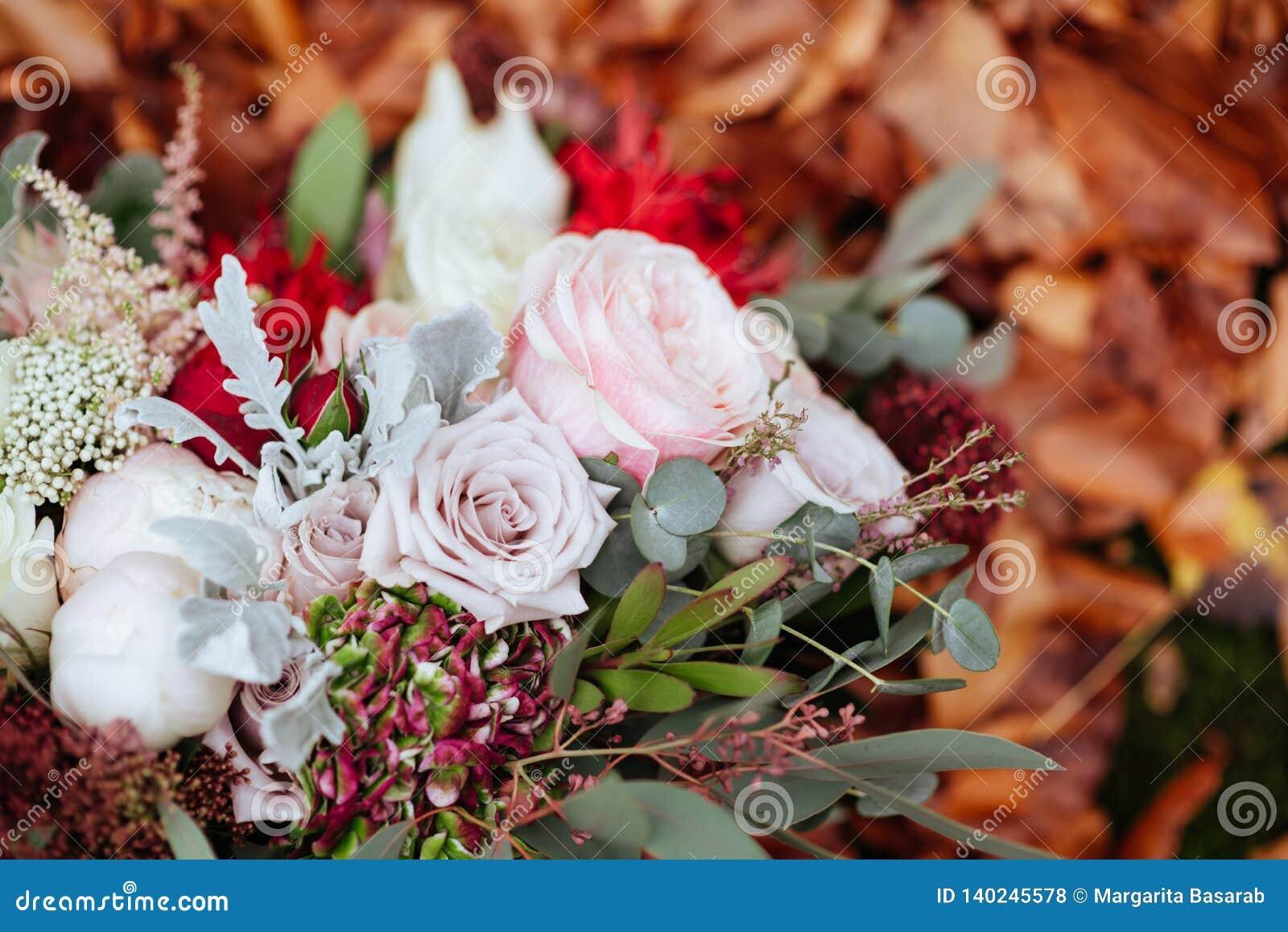 Herbstlicher Brautblumenstrauß Braut, die Hochzeitsblumenstrauß hält