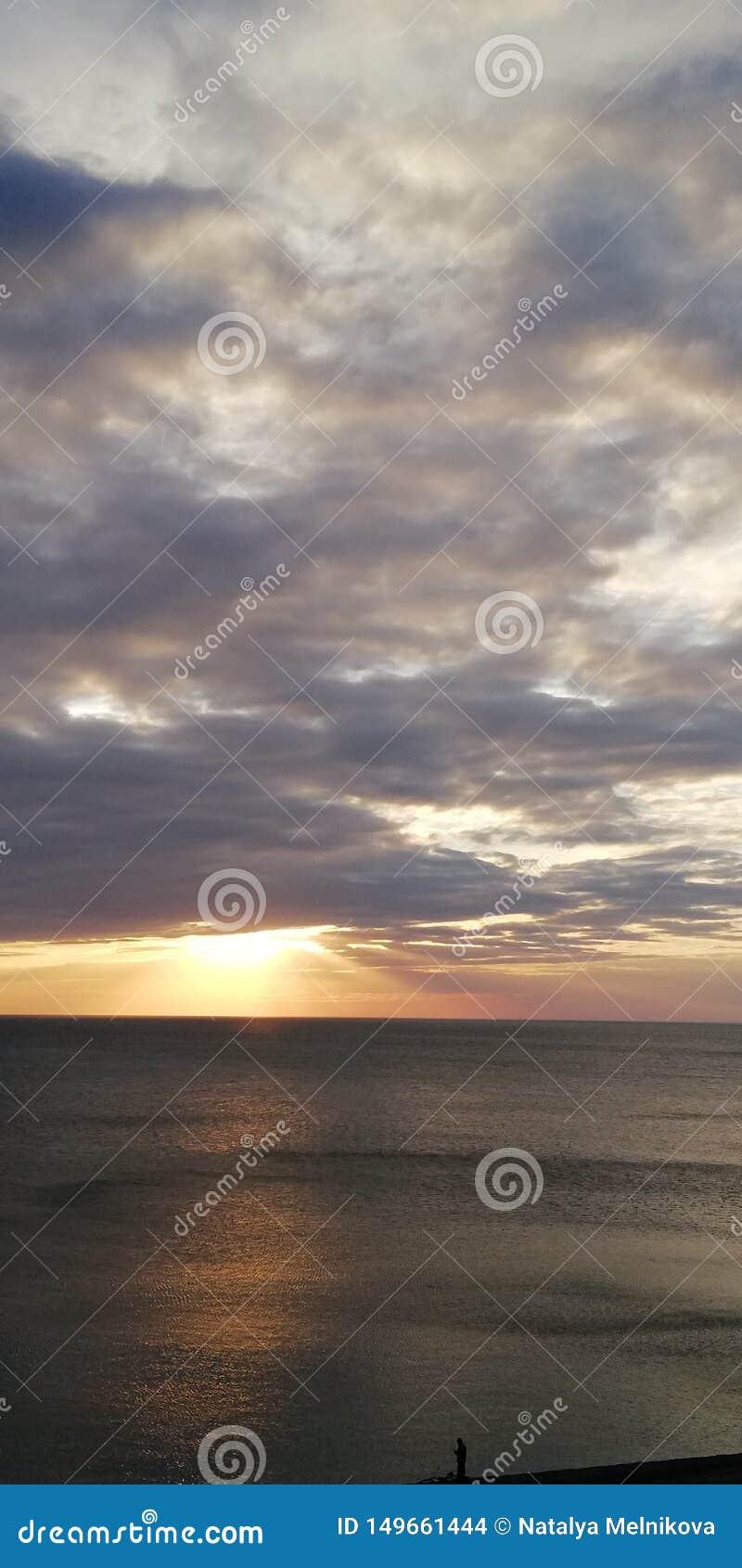 Herbstsonnenuntergangmeerblick Wolken, Meer und untergehende Sonne Nat?rlicher Hintergrund