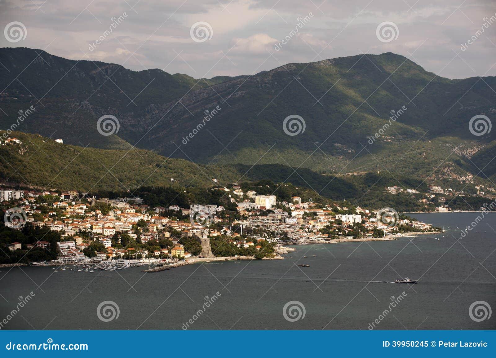 Herceg Novi - miasteczko przybrzeżne w Montenegro lokalizował przy wejściem zatoka Kotor