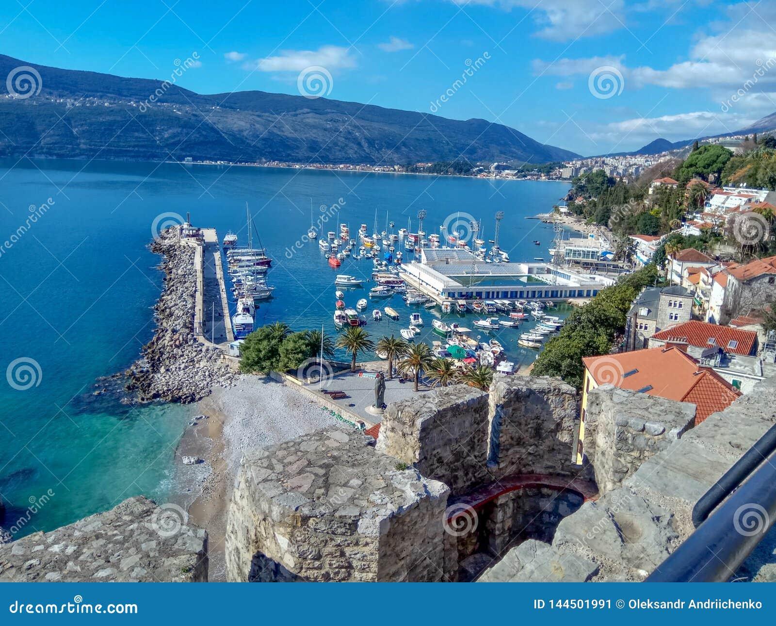 Herceg-Novi, Montenegro: stadscentrum dichtbij het water op het gebied met een jachthaven en een zwembad