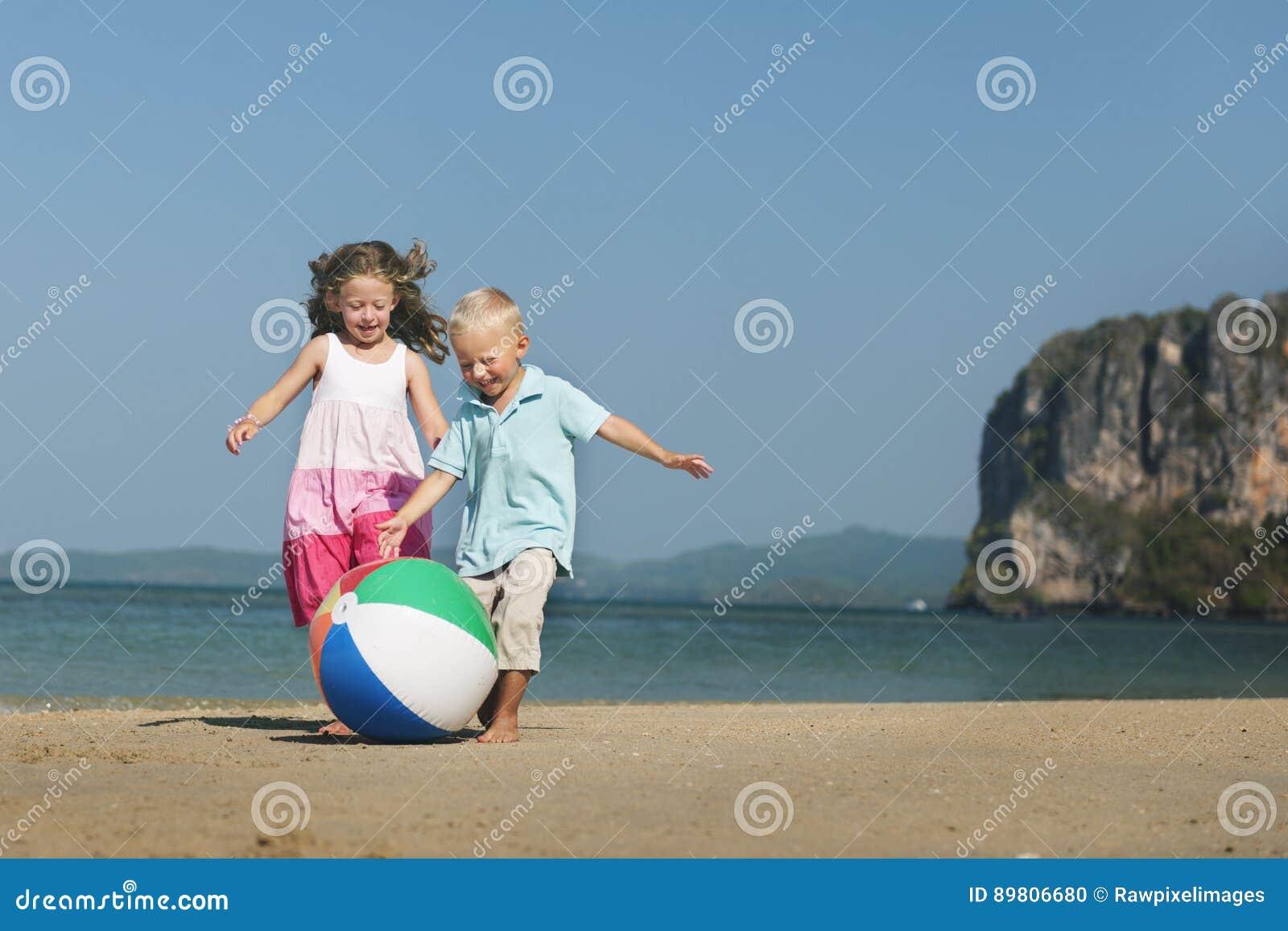 Hermana Child Concept de Brother del hermano de la playa de la bola de los niños