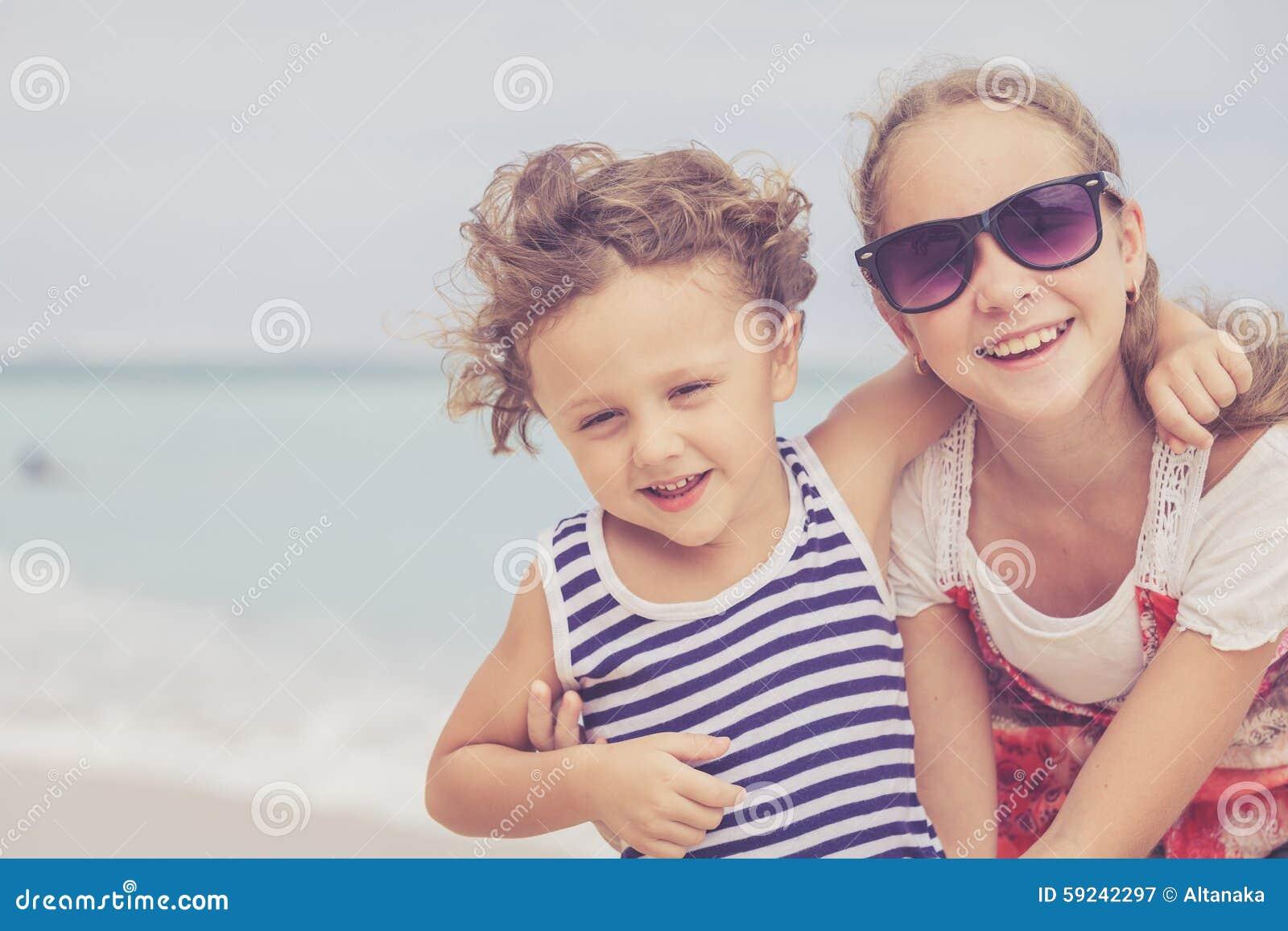 Download Hermana Y Hermano Que Juegan En La Playa En El Tiempo Del Día Imagen de archivo - Imagen de sano, lifestyle: 59242297