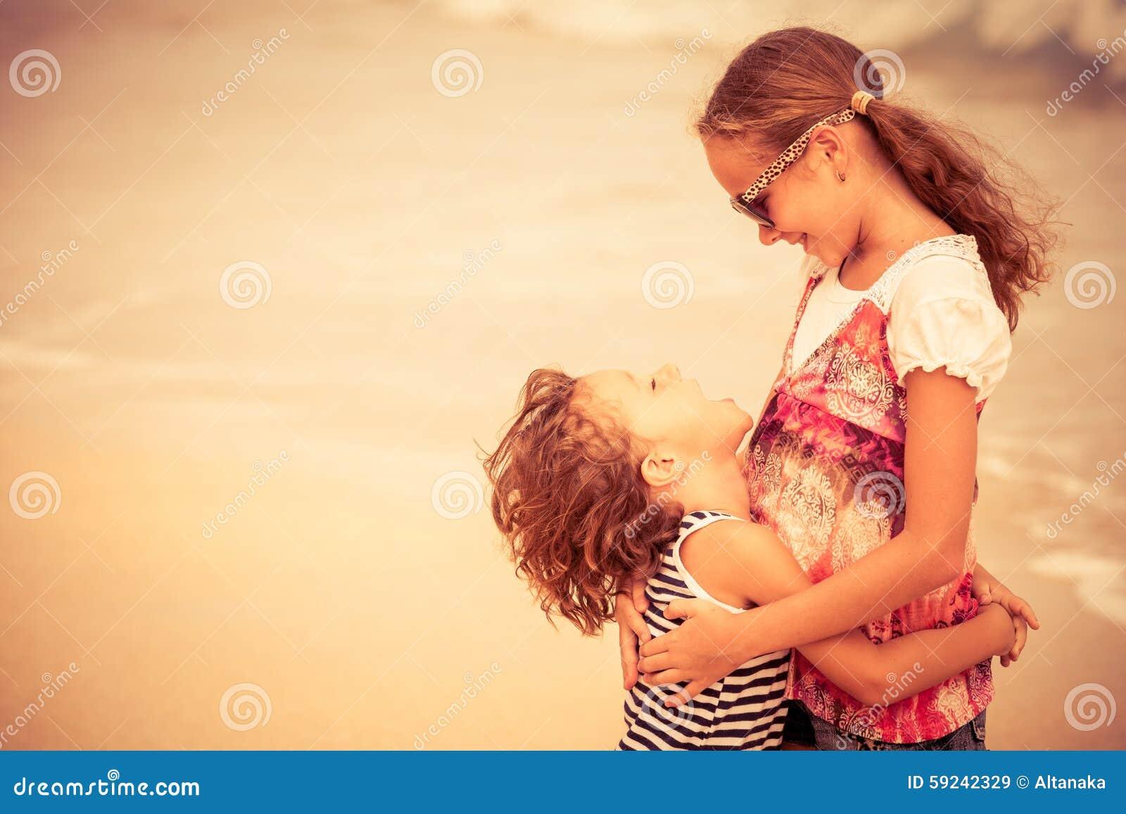 Download Hermana Y Hermano Que Juegan En La Playa En El Tiempo Del Día Imagen de archivo - Imagen de ocio, retrato: 59242329