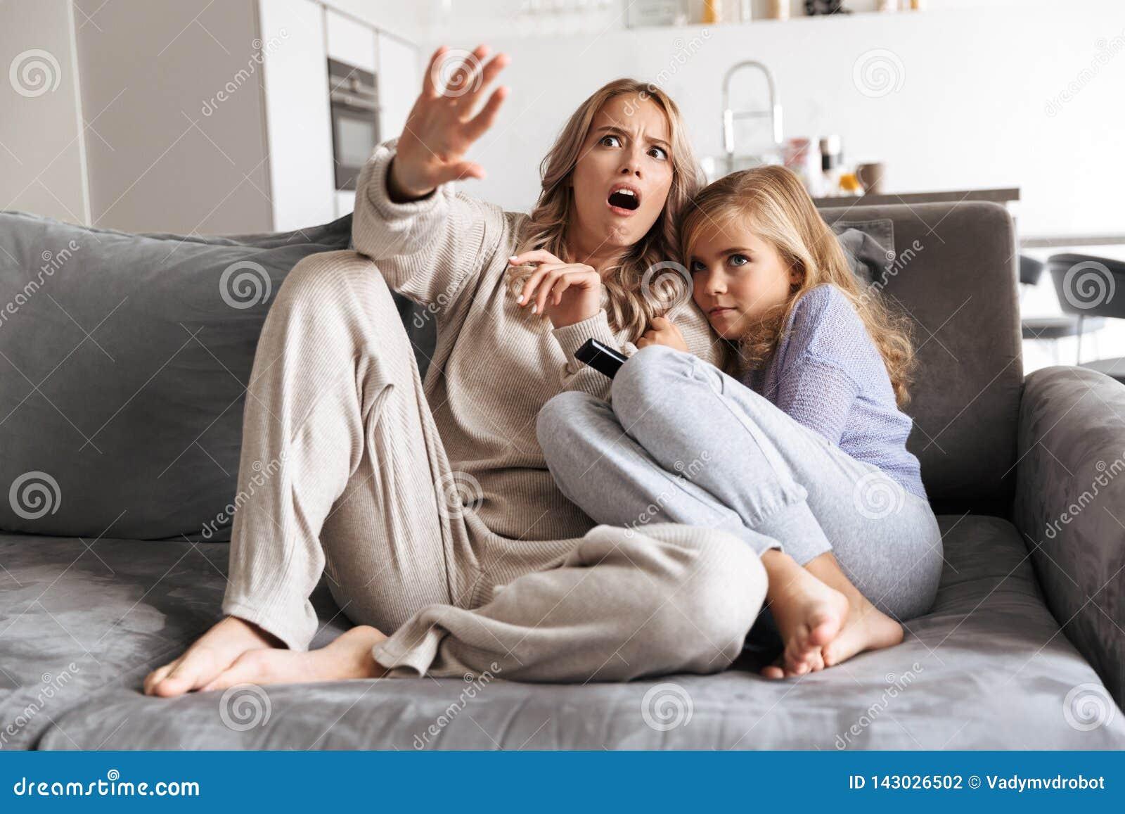 Hermanas Asustadas De Las Muchachas En El Sofá En Casa Dentro Mirar La Película De Terror De La Tv Junto Foto De Archivo Imagen De Madre Asustado 143026502