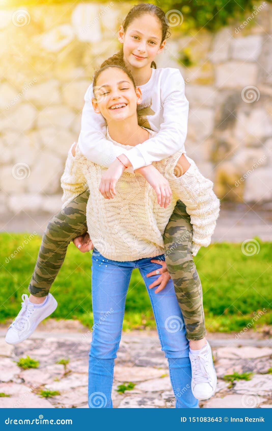 Hermanas que se divierten al aire libre