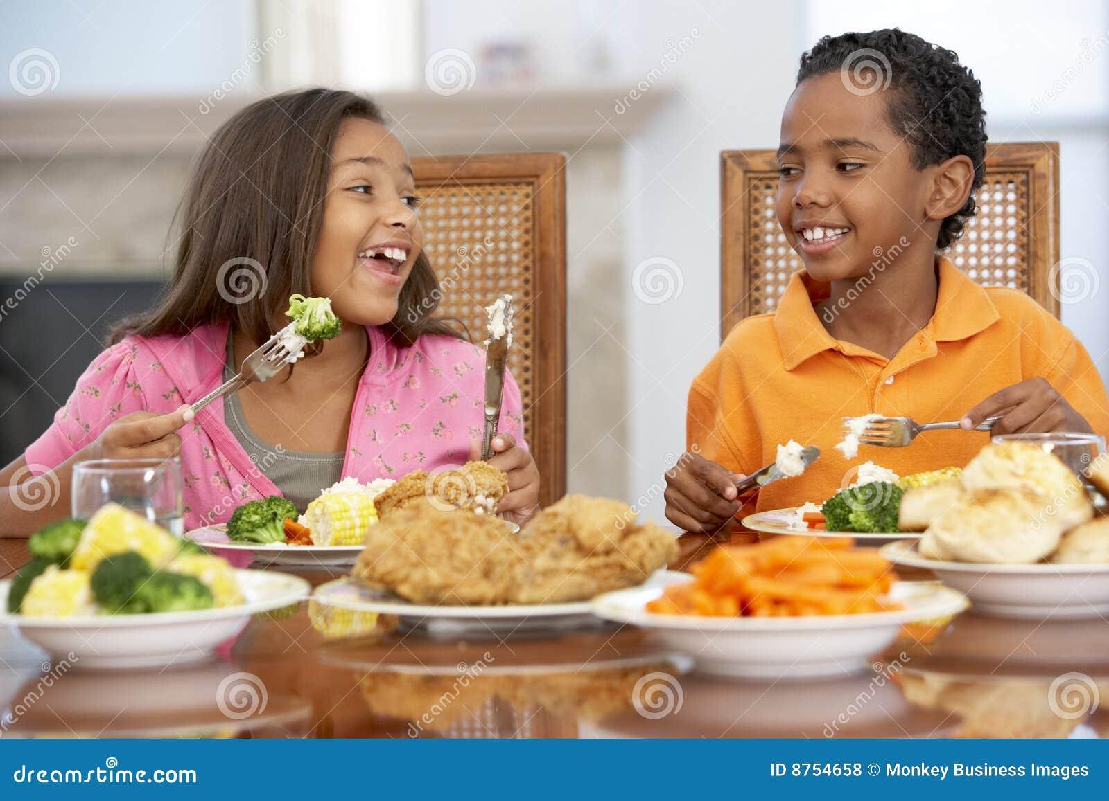 Hermano y hermana que almuerzan en el país
