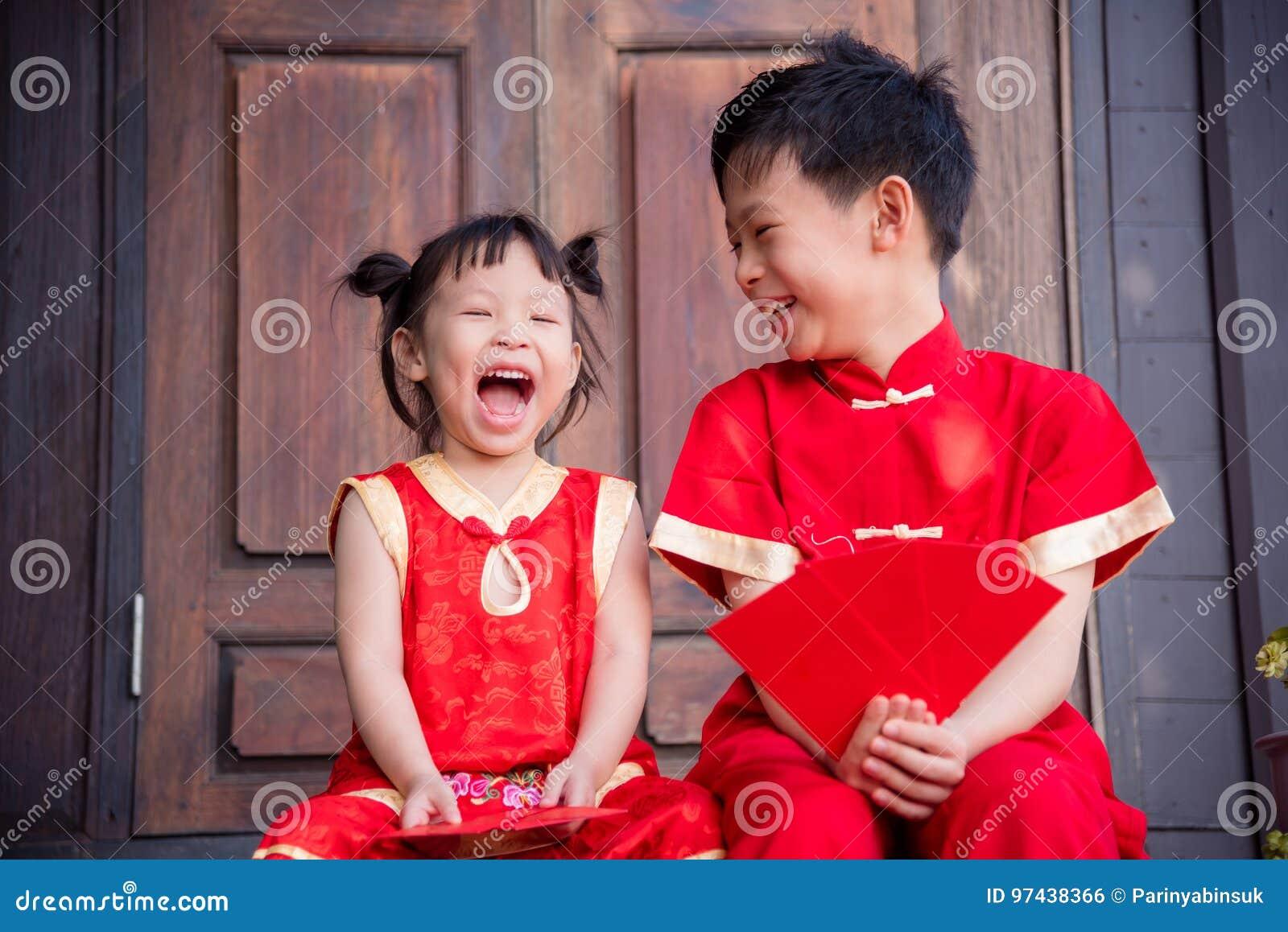 Hermanos asiáticos felices en traje tradicional chino