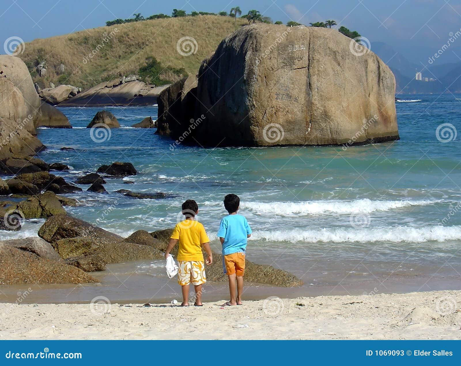 Hermanos en la contemplación en la playa