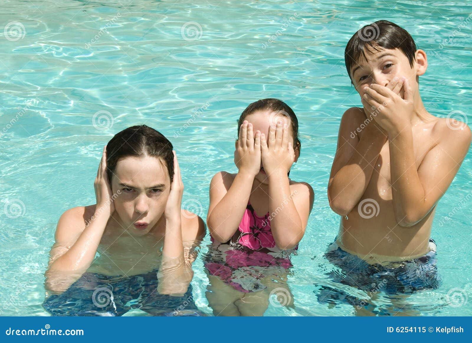 Hermanos en piscina