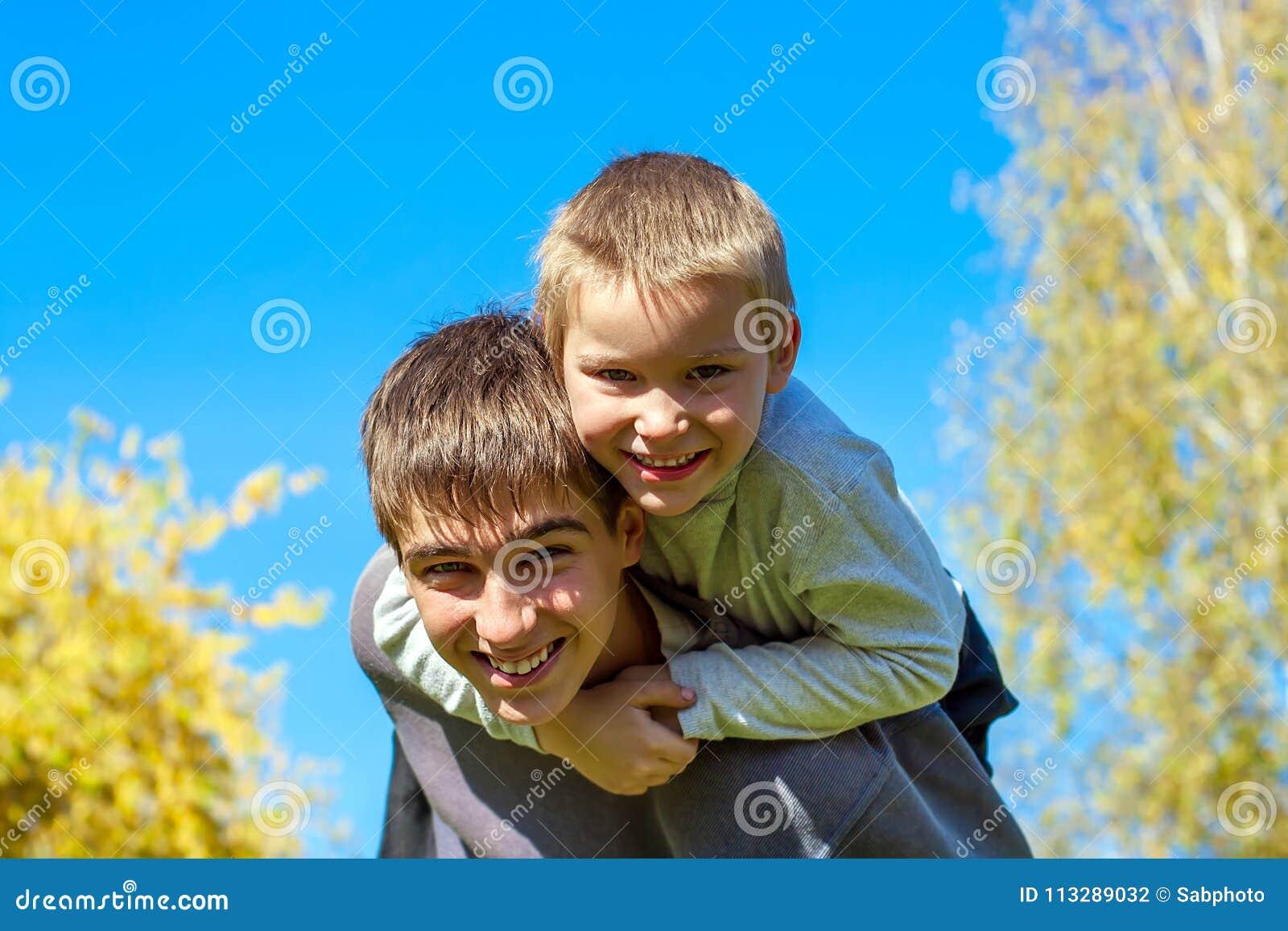 Hermanos felices al aire libre