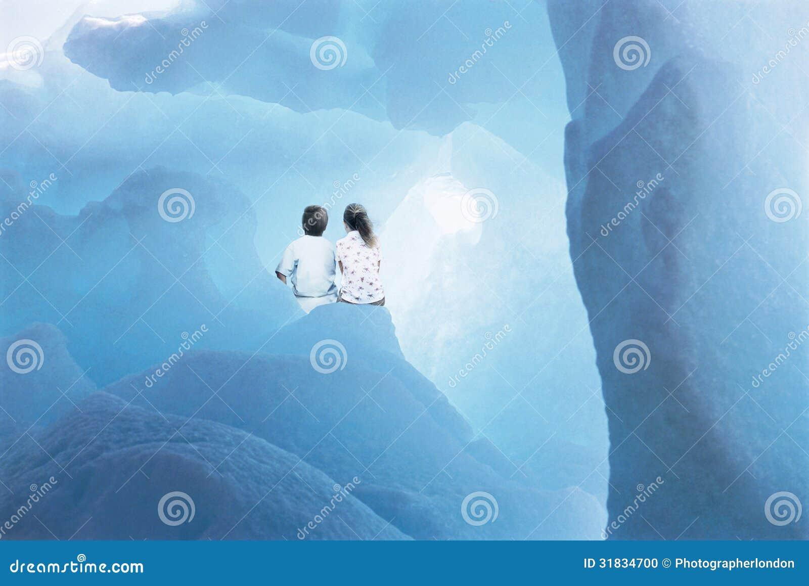 Hermanos que se sientan en glaciar