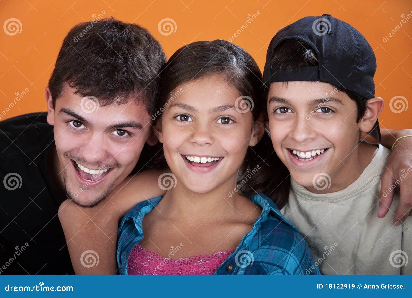 Hermana y dos amigos follan hermano