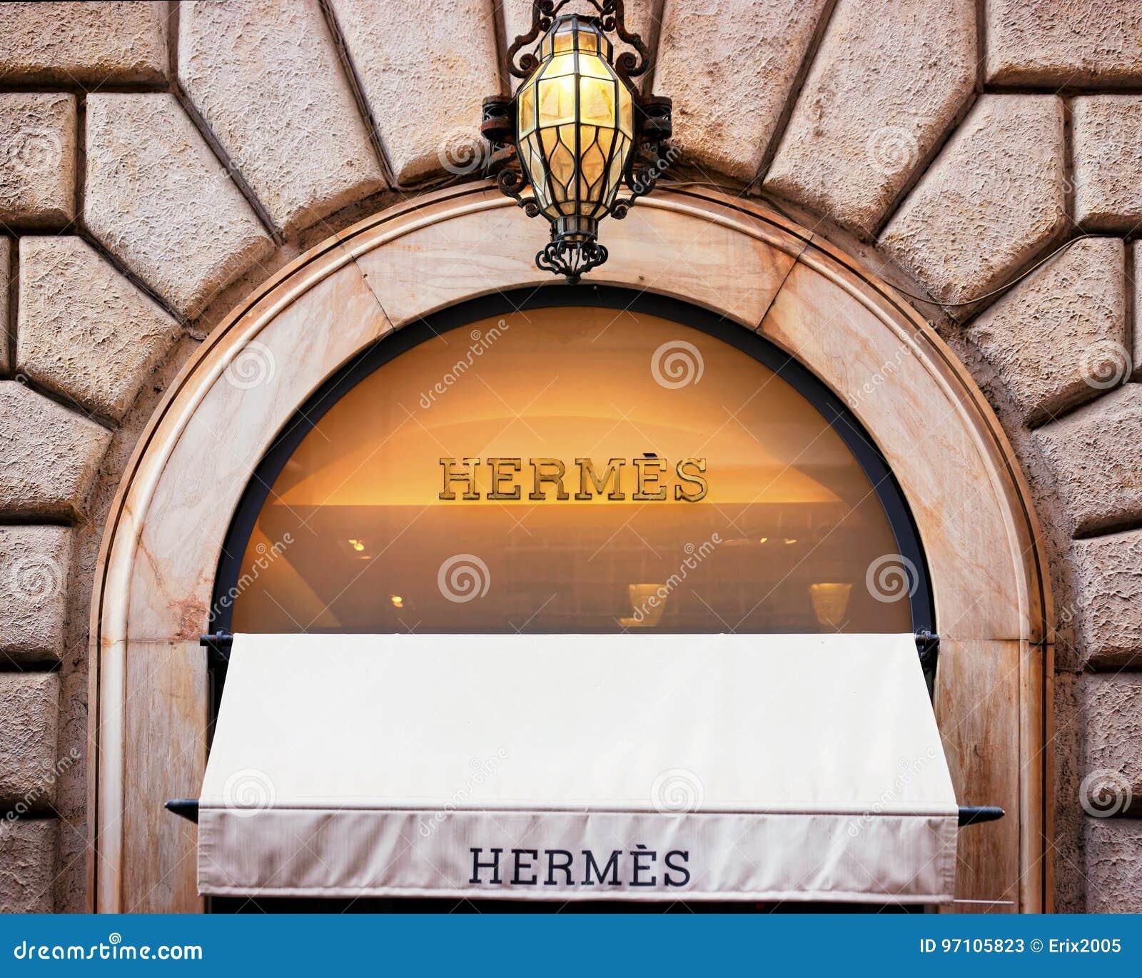 Hermes Sign na janela da loja da rua em Roma